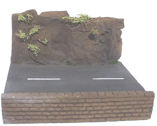 Bergstraße mit Mauer und Felswand