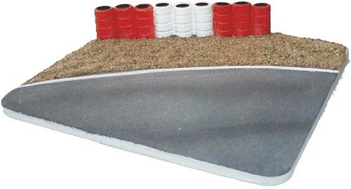 Kurve mit Kiesbett und Reifenstapel  rot/weiß