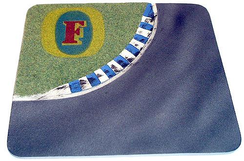 Kurve mit Curbs und Fosters Werbung