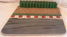 Curbs mit grünem doppelten Reifenstapel, Kiesbett